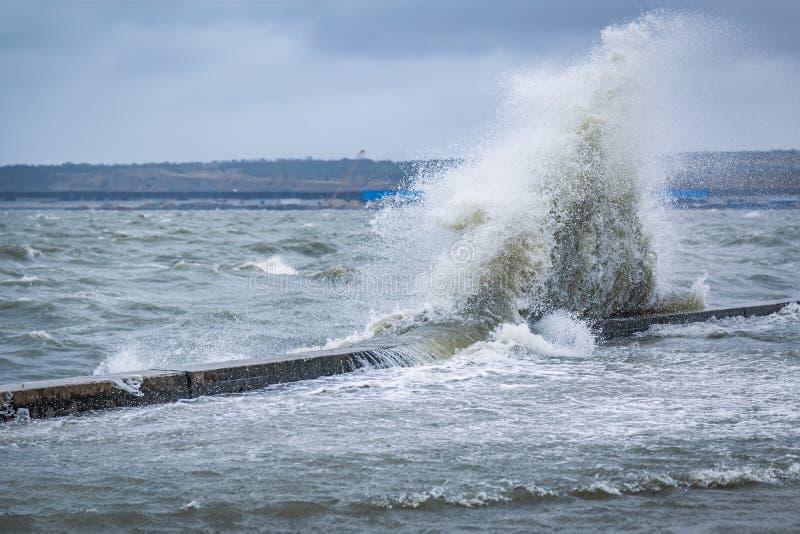 波浪大飞溅在游览城市的被充斥的堤防的黑海的 免版税图库摄影