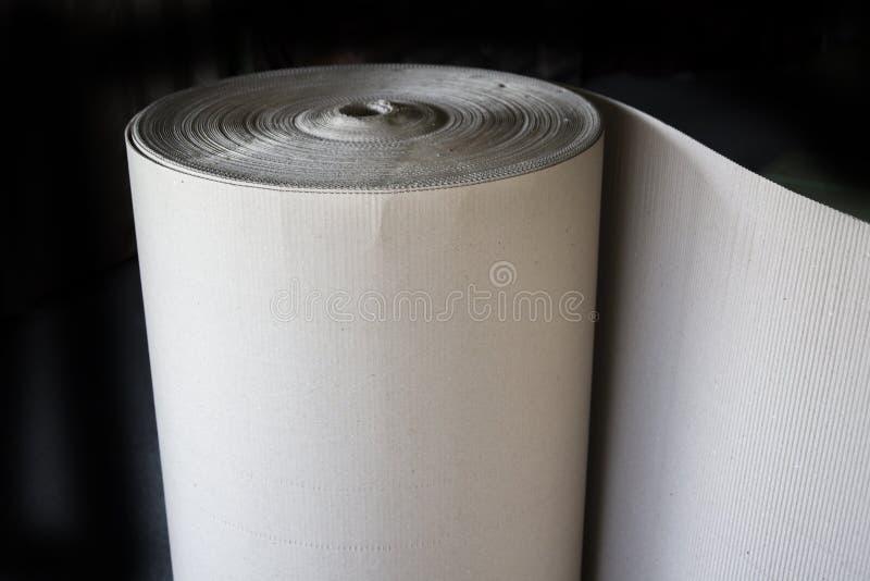 波浪工艺纸或棕色皱纸板卷包装运输的 免版税库存照片