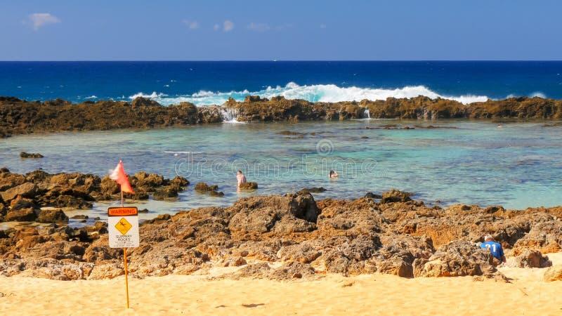 波浪打破在岩石上并且涌入浪潮水池在鲨鱼小海湾 库存照片
