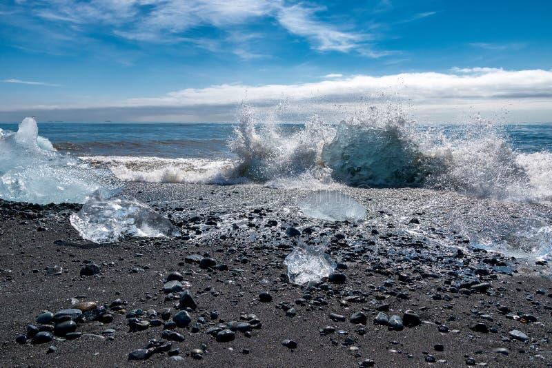 波浪打破的冰山在Jokulsarlon -冰岛 免版税图库摄影
