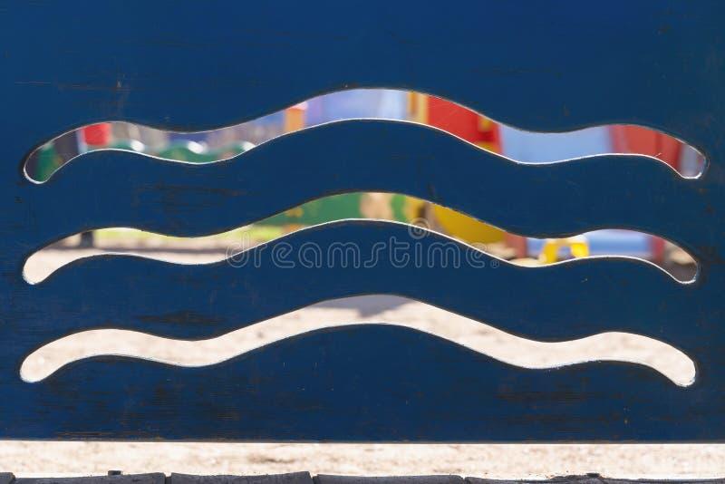 波浪条纹的样式在蓝色木纹理的 E 库存照片