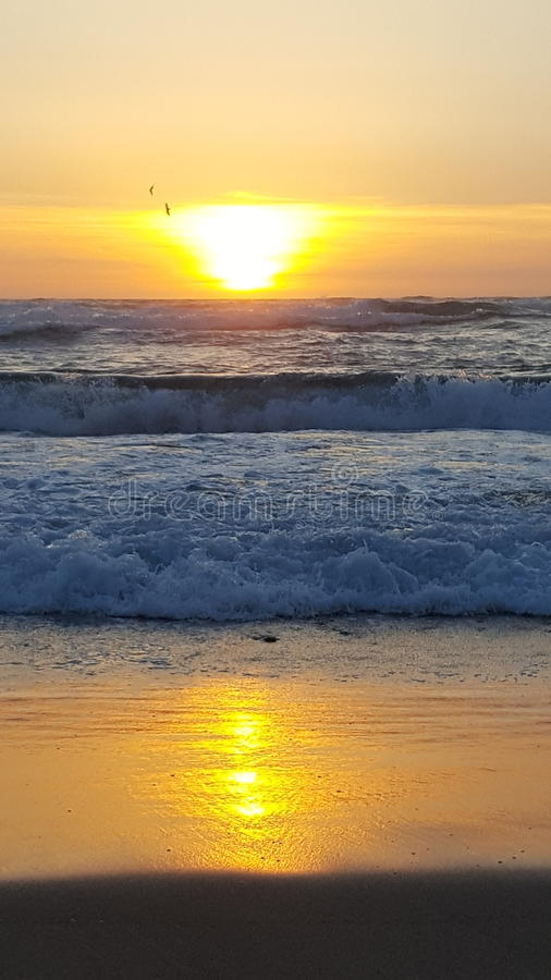 波浪海滩海洋日落 免版税库存照片