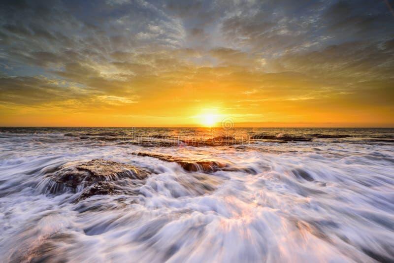 波浪漫过被风化的岩石和冰砾在北部Narrabeen 免版税图库摄影
