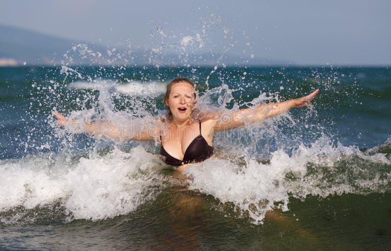 波浪的妇女 图库摄影