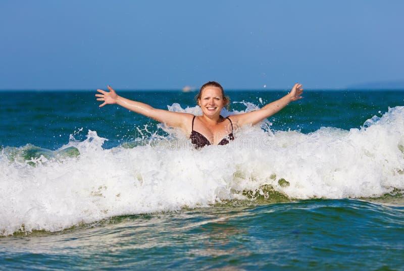 波浪的妇女 库存图片