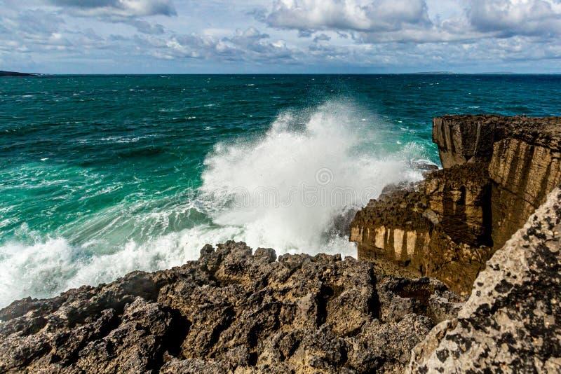波浪的看法在石灰石沿海峭壁岩石碰撞在Bothar nA hAillite的 库存照片