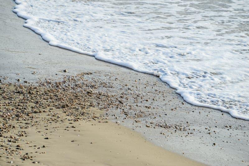 波浪盖海海滩沙子 免版税库存图片