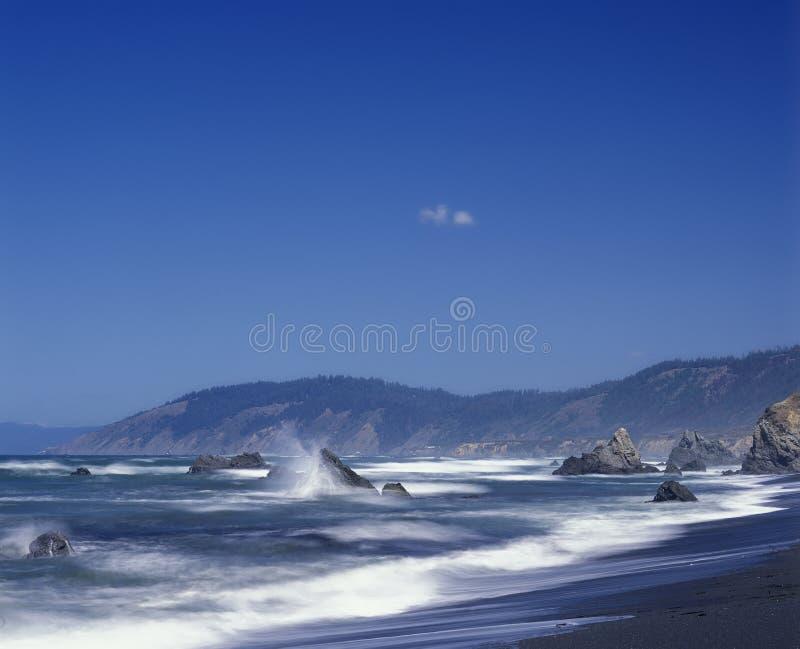 波浪碰撞反对岩石在门多西诺郡加利福尼亚 图库摄影