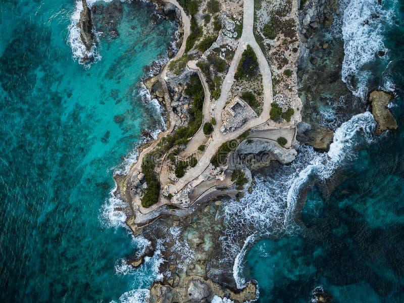 波浪碰撞在与精采大海的蓬塔苏尔- Isla Mujeres,墨西哥的-,碰撞的波浪和岩石海岸线鸟瞰图  库存照片
