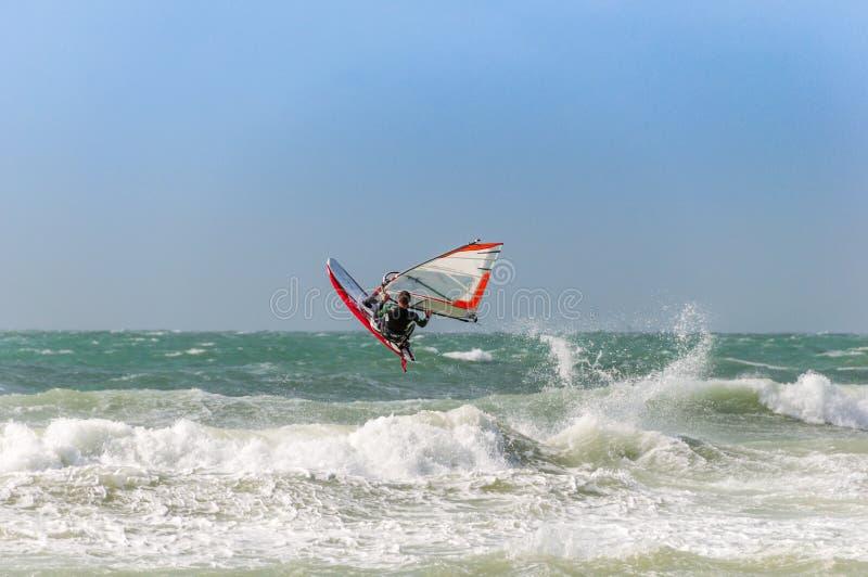 波浪跳跃的风帆冲浪者在法国 免版税库存照片