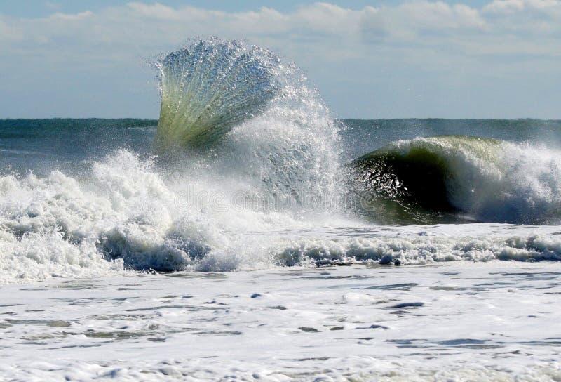 波浪造成爱好者影响的海浪回流 免版税库存图片