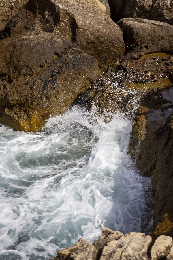 波浪遇见石灰石岩石在Dwejra海湾,戈佐岛,马耳他 库存照片