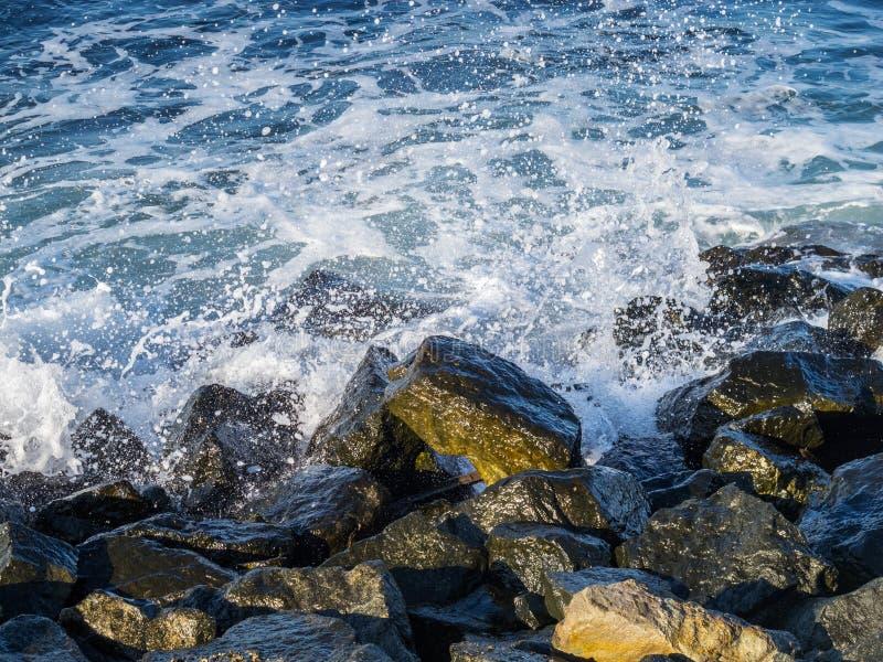 波浪遇见防堤石头 免版税图库摄影