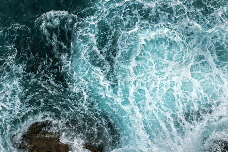 波浪鸟瞰图在海洋 免版税库存照片