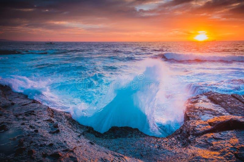 波浪whooosh,他们打破在沿海岩石 免版税图库摄影