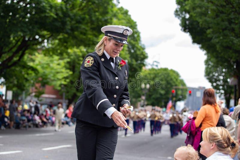 波特兰火和抢救任命递贴纸军官给孩子 图库摄影