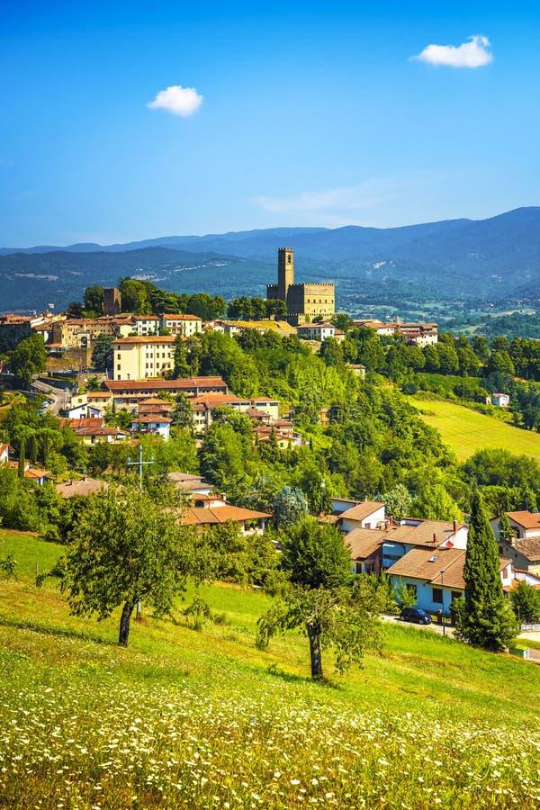 波皮中世纪村庄全景 Casentino阿雷佐,托斯卡纳意大利 库存图片