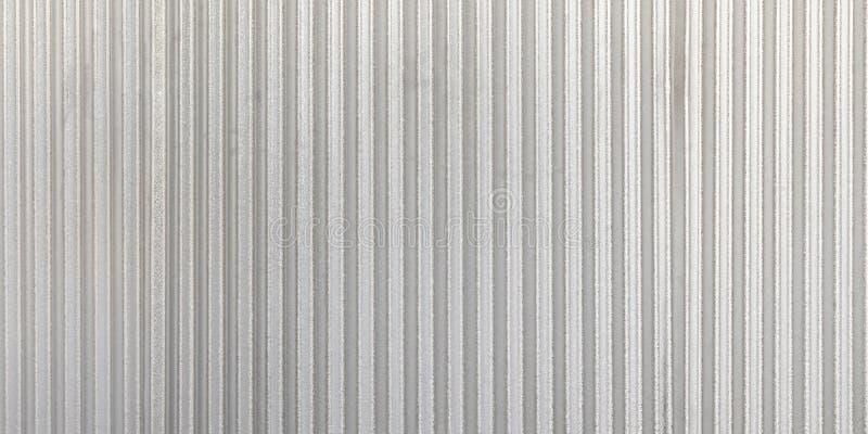 波纹状的灰色金属全景墙壁背景 生锈的锌难看的东西纹理和背景 库存图片