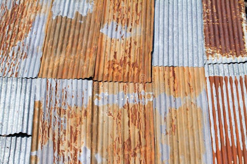 波纹状的金属老屋顶 免版税库存图片