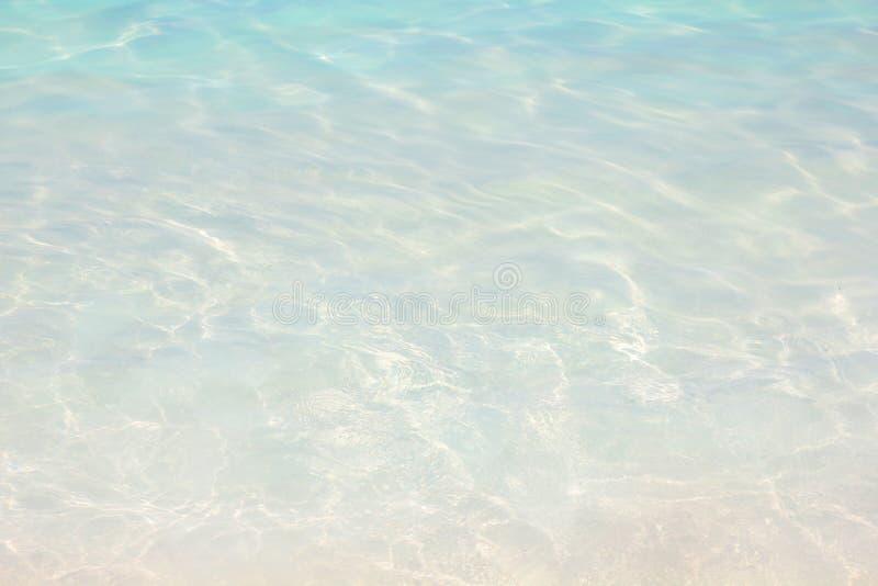 水波纹背景,热带清楚的海滩。假期 库存照片