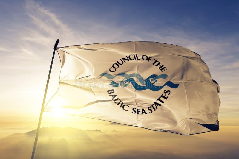 波罗的海国家理事会CBSS旗子纺织品挥动在顶面日出薄雾雾的布料织品 向量例证