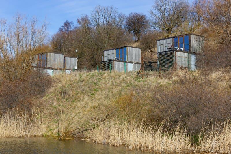 波罗的海海滩河边低地的木平房  免版税库存图片