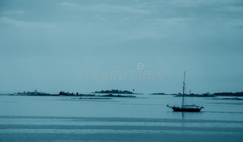 波罗的海的看法有海岛和一艘帆船的在晚上 库存照片