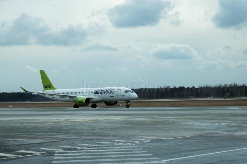 波罗的海航空平面着陆在里加机场 图库摄影