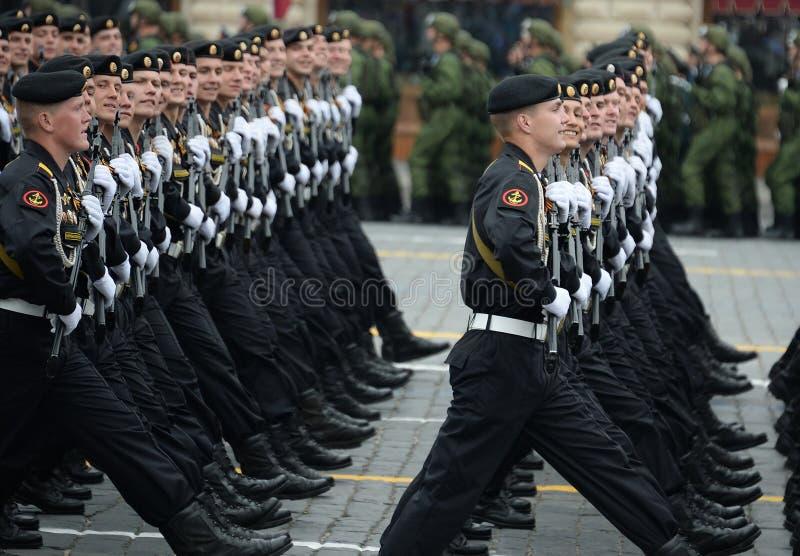 波罗的海舰队的336th分开的卫兵Belostok旅团的海军陆战队员在一次游行期间的在红场以纪念胜利天 免版税库存图片