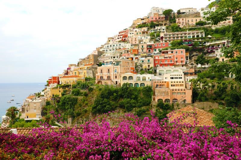 波西塔诺村庄,阿马尔菲海岸,意大利惊人的全景有花的 库存照片