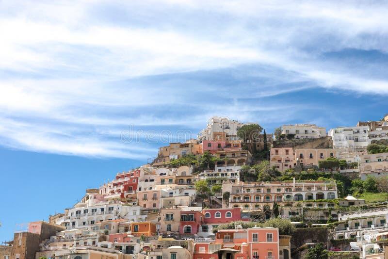 波西塔诺阿马尔菲海岸那不勒斯意大利-房子和有风云彩抽象看法  图库摄影
