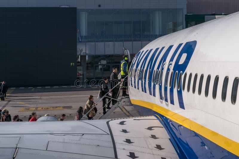 """波隆纳,意大利†""""2016年2月:上瑞安航空公司je的乘客 库存图片"""