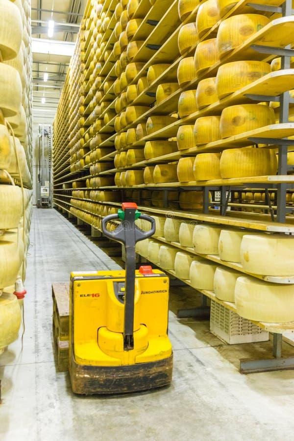 波隆纳,意大利- 2018年5月02日:巴马干酪乳酪厂 库存照片