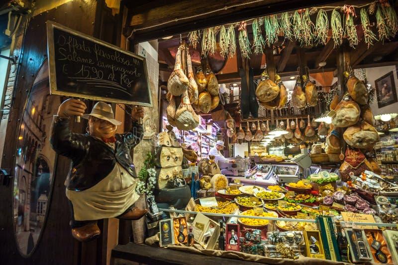 波隆纳,意大利- 2014年3月8日:典型的杂货店窗口  库存图片