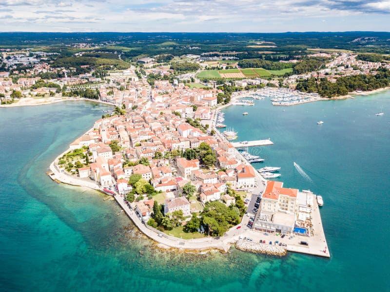 波雷奇,蓝色天蓝色的绿松石亚得里亚海,Istrian半岛,克罗地亚岸克罗地亚镇  钟楼,红瓦顶 库存照片