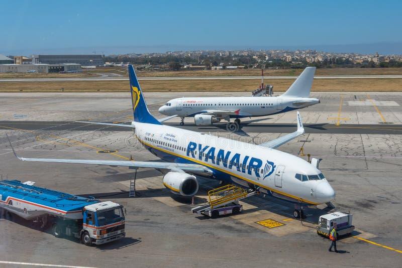 波音737-800瑞安航空公司航空公司,机场Luqa马耳他,2019年4月28日 免版税库存图片