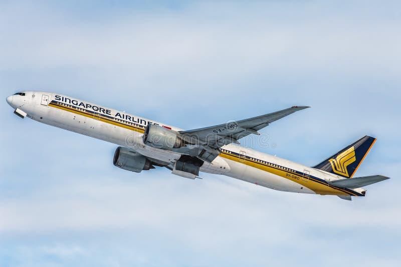 波音777-300跑道的ER新航在机场 免版税库存照片