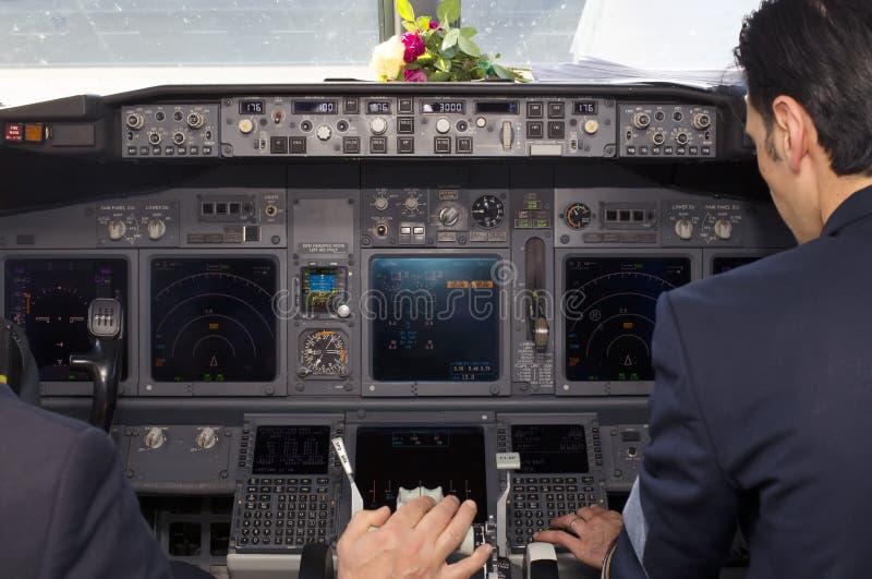 波音737-800飞机座舱的里面看法 库存照片