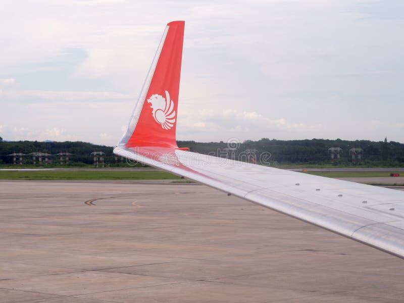 波音737-900ER泰国狮子航空翼在甲米府国际机场 图库摄影