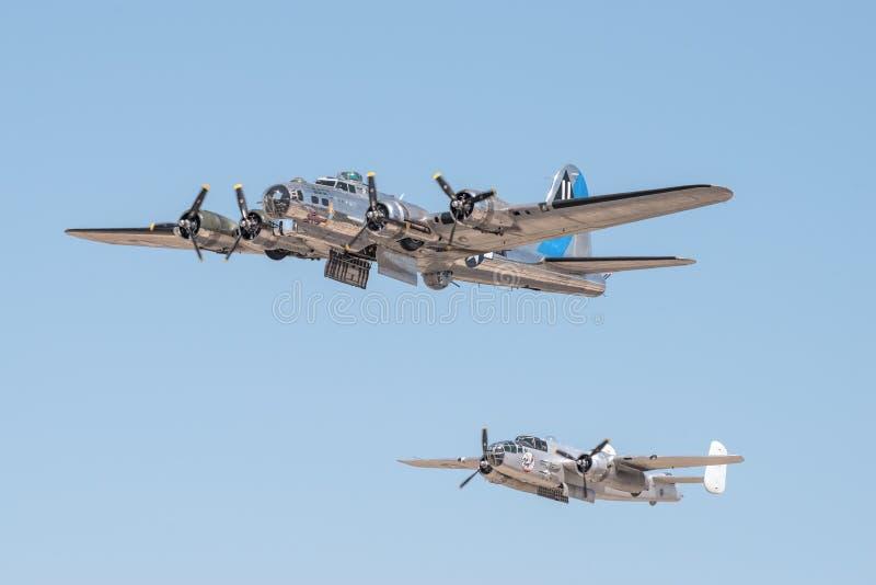 波音B-17飞行堡垒`感伤的旅途`和北美B-25米歇尔 免版税库存图片