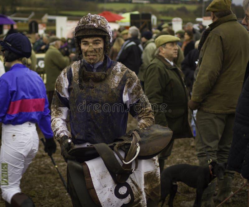 泥在Chaddesley Corbet报道了骑师点对点会议 库存图片