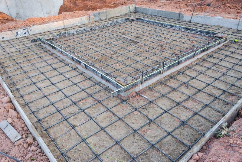 水泥地板的钢绳滤网在建造场所 免版税库存图片
