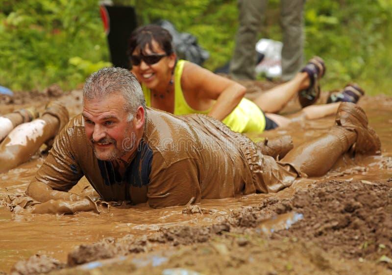 泥奔跑人被浸泡 库存图片