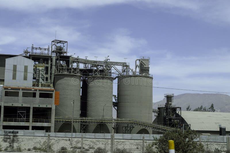 水泥工厂、带和存贮塔 库存图片