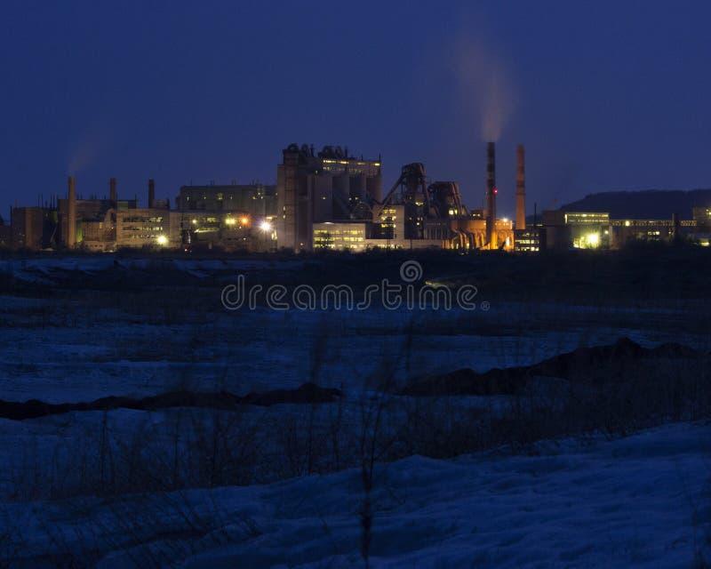 水泥工厂在晚上 重工业 免版税库存图片