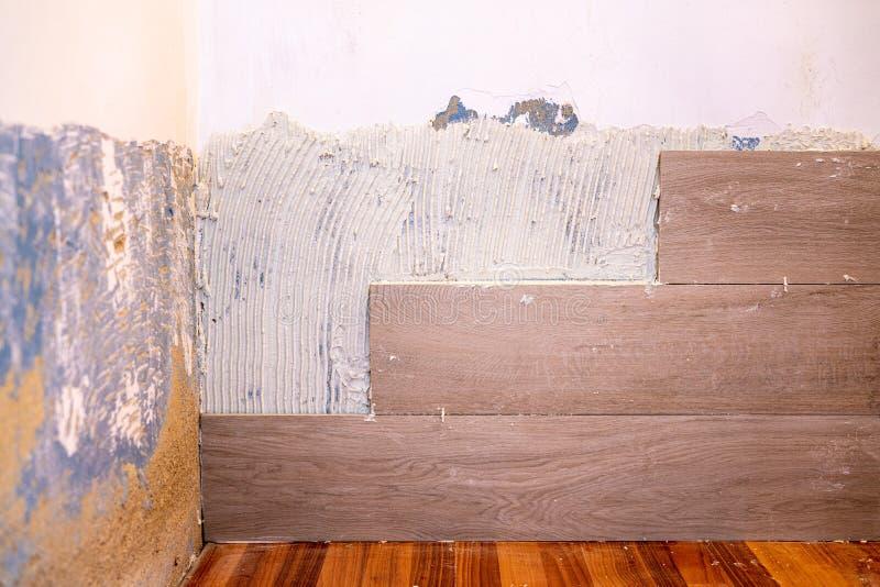 泥工改善木纹理瓦片 图库摄影