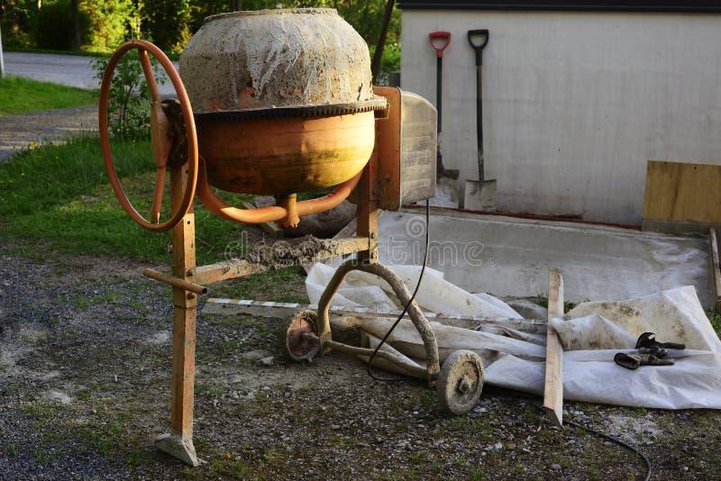 水泥搅拌车和工具 库存图片