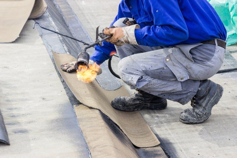 水泥板防水的工作 免版税图库摄影