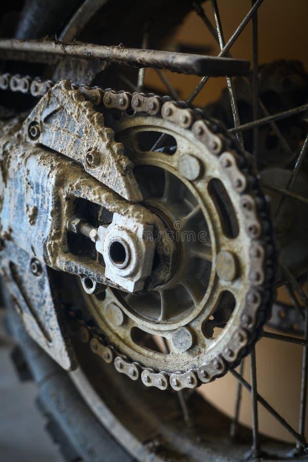 泥泞的摩托车链子 免版税图库摄影
