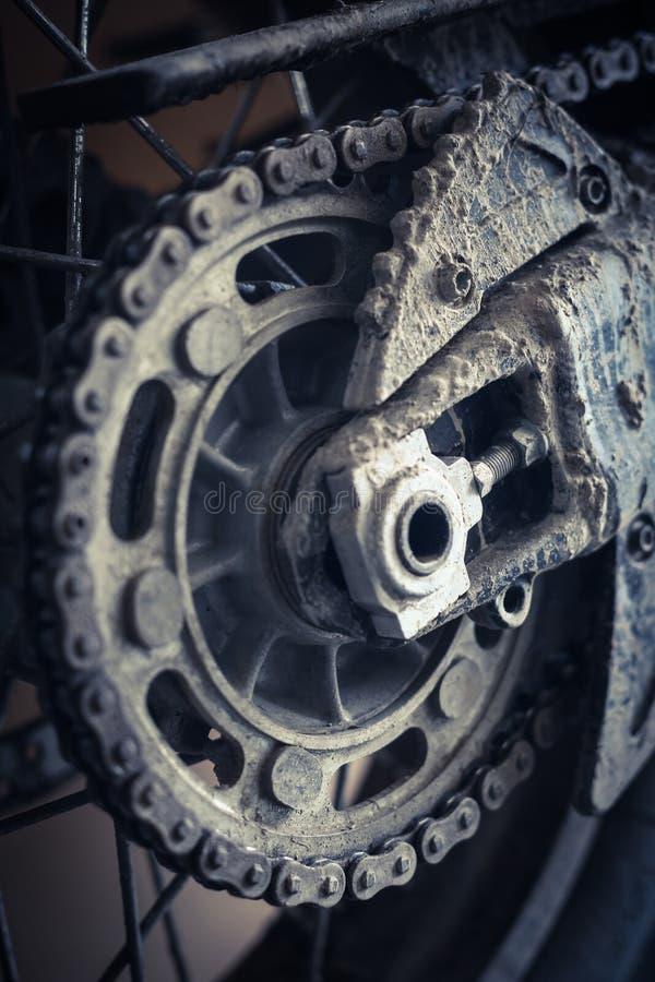泥泞的摩托车链子 库存图片